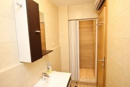 Ванная комната. Бечичи, Черногория, Бечичи : Апартамент в Бечичи с отдельной спальней в 300 метрах от моря