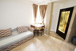 Гостиная. Бечичи, Черногория, Бечичи : Апартамент в Бечичи с отдельной спальней в 300 метрах от моря