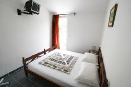 Спальня. Будванская ривьера, Черногория, Бечичи : Этаж дома для 9 человек, с 4-ю отдельными спальнями, с гостиной, с 3-мя ванными комнатами, с 3 балконами по 12м2 каждый и большая терраса 50м2