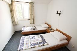 Спальня 2. Будванская ривьера, Черногория, Бечичи : Этаж дома для 9 человек, с 4-ю отдельными спальнями, с гостиной, с 3-мя ванными комнатами, с 3 балконами по 12м2 каждый и большая терраса 50м2