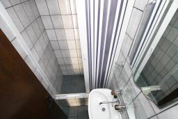 Ванная комната. Бечичи, Черногория, Бечичи : Этаж дома для 9 человек, с 4-ю отдельными спальнями, с гостиной, с 3-мя ванными комнатами, с 3 балконами по 12м2 каждый и большая терраса 50м2