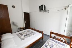 Спальня 3. Будванская ривьера, Черногория, Бечичи : Этаж дома для 9 человек, с 4-ю отдельными спальнями, с гостиной, с 3-мя ванными комнатами, с 3 балконами по 12м2 каждый и большая терраса 50м2