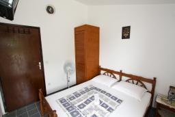Спальня 4. Будванская ривьера, Черногория, Бечичи : Этаж дома для 9 человек, с 4-ю отдельными спальнями, с гостиной, с 3-мя ванными комнатами, с 3 балконами по 12м2 каждый и большая терраса 50м2