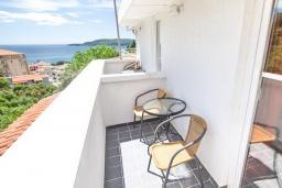 Балкон. Бечичи, Черногория, Бечичи : Этаж дома для 9 человек, с 4-ю отдельными спальнями, с гостиной, с 3-мя ванными комнатами, с 3 балконами по 12м2 каждый и большая терраса 50м2
