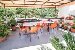Терраса. Бечичи, Черногория, Бечичи : Этаж дома для 9 человек, с 4-ю отдельными спальнями, с гостиной, с 3-мя ванными комнатами, с 3 балконами по 12м2 каждый и большая терраса 50м2