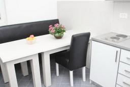 Кухня. Будванская ривьера, Черногория, Бечичи : Этаж дома для 9 человек, с 4-ю отдельными спальнями, с гостиной, с 3-мя ванными комнатами, с 3 балконами по 12м2 каждый и большая терраса 50м2
