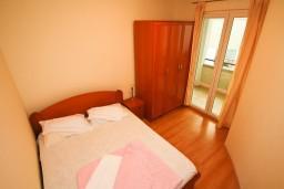 Спальня. Рафаиловичи, Черногория, Рафаиловичи : Уютный апартамент для 4-8 человек, с 2-мя отдельными спальнями, с террасой с шикарным видом на море