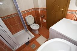 Ванная комната. Рафаиловичи, Черногория, Рафаиловичи : Уютный апартамент для 4-8 человек, с 2-мя отдельными спальнями, с террасой с шикарным видом на море