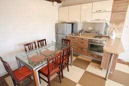 Кухня. Рафаиловичи, Черногория, Рафаиловичи : Уютный апартамент для 4-8 человек, с 2-мя отдельными спальнями, с террасой с шикарным видом на море