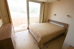 Спальня 2. Рафаиловичи, Черногория, Рафаиловичи : Уютный апартамент для 4-8 человек, с 2-мя отдельными спальнями, с террасой с шикарным видом на море