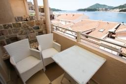 Терраса. Рафаиловичи, Черногория, Рафаиловичи : Уютный апартамент для 4-8 человек, с 2-мя отдельными спальнями, с террасой с шикарным видом на море