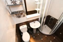Ванная комната. Рафаиловичи, Черногория, Рафаиловичи : Современный апартамент с отдельной спальней, с балконом с видом на море