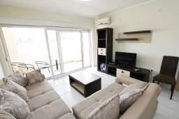 Гостиная. Рафаиловичи, Черногория, Рафаиловичи : Современный апартамент для 4-5 человек, с 2-мя отдельными спальнями с ванными комнатами, с террасой с видом на море