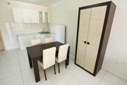 Кухня. Рафаиловичи, Черногория, Рафаиловичи : Современный апартамент для 4-5 человек, с 2-мя отдельными спальнями с ванными комнатами, с террасой с видом на море