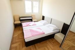Спальня. Рафаиловичи, Черногория, Рафаиловичи : Современный апартамент для 4-5 человек, с 2-мя отдельными спальнями с ванными комнатами, с террасой с видом на море