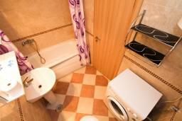Ванная комната. Рафаиловичи, Черногория, Рафаиловичи : Современный апартамент для 4-5 человек, с 2-мя отдельными спальнями с ванными комнатами, с террасой с видом на море