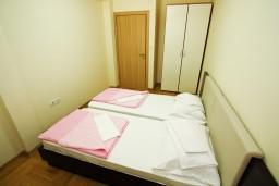 Спальня 2. Рафаиловичи, Черногория, Рафаиловичи : Современный апартамент для 4-5 человек, с 2-мя отдельными спальнями с ванными комнатами, с террасой с видом на море