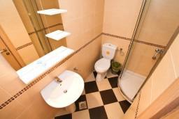 Ванная комната 2. Рафаиловичи, Черногория, Рафаиловичи : Современный апартамент для 4-5 человек, с 2-мя отдельными спальнями с ванными комнатами, с террасой с видом на море
