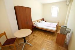 Спальня. Рафаиловичи, Черногория, Рафаиловичи : Современный апартамент для 6-10 человек, с 3-мя отдельными спальнями, 2-мя ванными комнатами, с балконом с видом на море