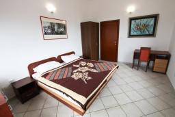 Спальня. Будванская ривьера, Черногория, Каменово : Апартамент на 4 персоны, с 2-мя отдельными спальнями, с террасой с шикарным видом на море