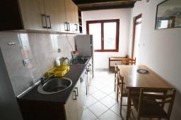 Кухня. Будванская ривьера, Черногория, Каменово : Апартамент на 4 персоны, с 2-мя отдельными спальнями, с террасой с шикарным видом на море