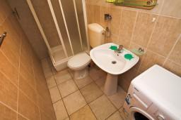 Ванная комната. Будванская ривьера, Черногория, Каменово : Апартамент на 4 персоны, с 2-мя отдельными спальнями, с террасой с шикарным видом на море