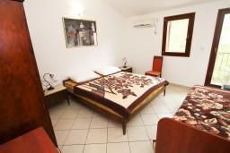 Спальня. Будванская ривьера, Черногория, Каменово : Апартамент с отдельной спальней, с террасой с шикарным видом на море